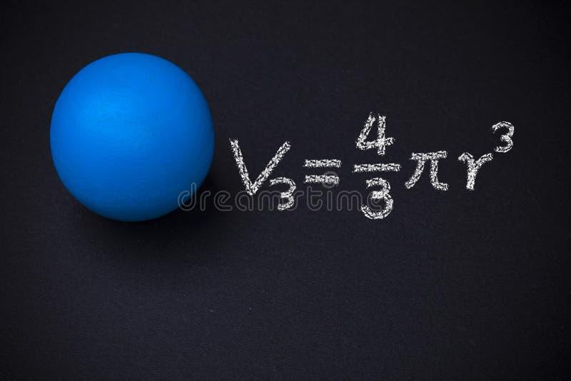 Sphère et formules mathématiques sur le tableau noir images libres de droits
