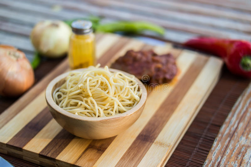 Sphagetti med nötkött och grönsaker royaltyfria bilder