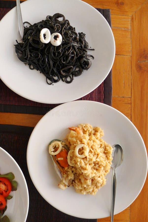 Sphaghetti de pâtes d'encre de risotto et de calmar photographie stock