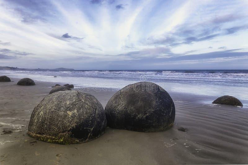 Spheric Moeraki stenblock på den östliga kusten av Nya Zeeland arkivfoton