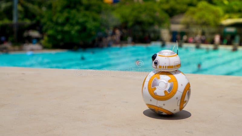 Sphero的在水池的BB-8玩具 免版税库存图片