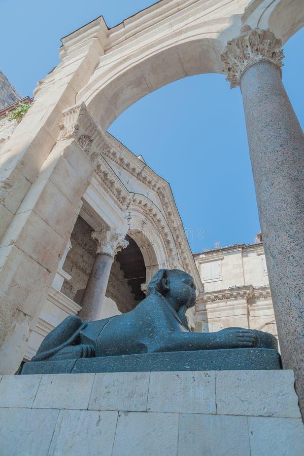 Sphinx égyptien original - on est sur la place de Peristil, l'autre devant l'église de temple du ` s de Jupiter ou de ` s de St J photos stock