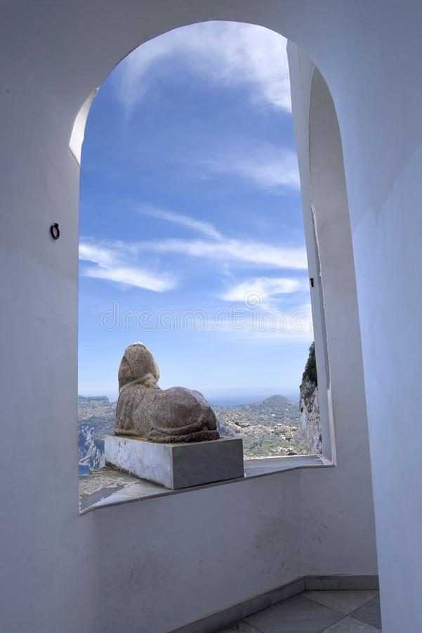 Sphinx auf Terraceof, das im Landhaus in Anacapri auf der Insel von Capri in der Bucht von Neapel Italien ist stockbild