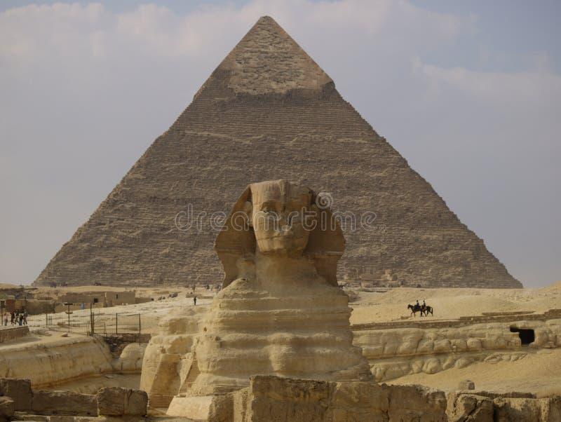 Sphinx e pirâmide fotografia de stock