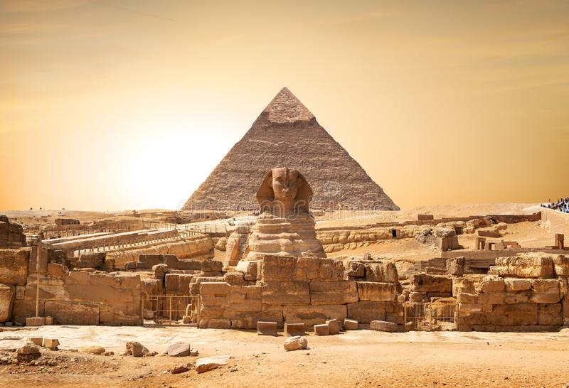 Sphinx et pyramide photo stock