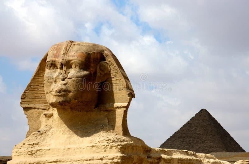 Sphinx mit Pyramide lizenzfreie stockfotos