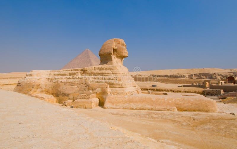 Sphinx och pyramider på Giza, Cairo royaltyfri foto