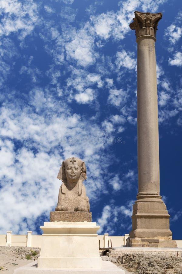 Sphinx Ptolemaic e colonna del Pompey, Egitto immagine stock