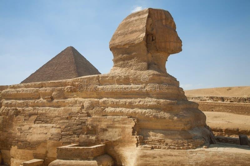 Sphinx und die große Pyramide stockfotos