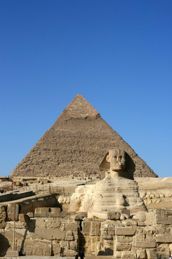 Sphinx und die Pyramide in Giza lizenzfreies stockbild