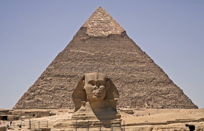 Sphinx und Pyramide lizenzfreie stockbilder
