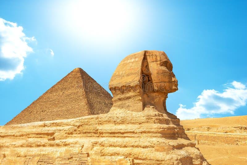 Sphinx und Pyramide in Giza stockfotografie