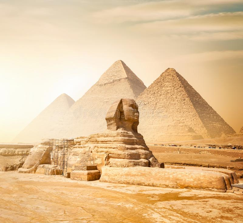 Sphinx und Pyramiden stockfotografie