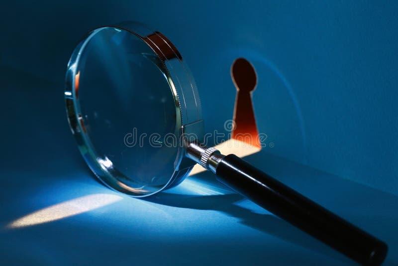 Spia attraverso il buco della serratura fotografia stock libera da diritti