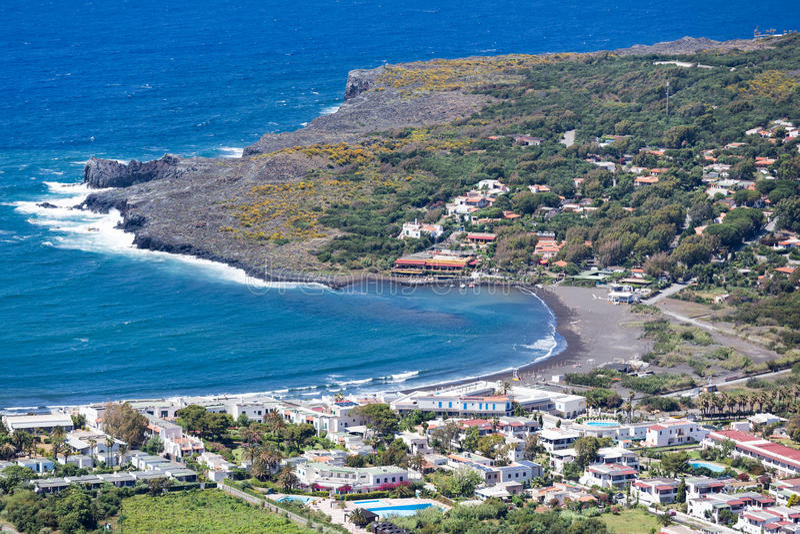 Spiagge nere di Vulcano, isole eolie di vista aerea vicino a Sicil fotografia stock libera da diritti