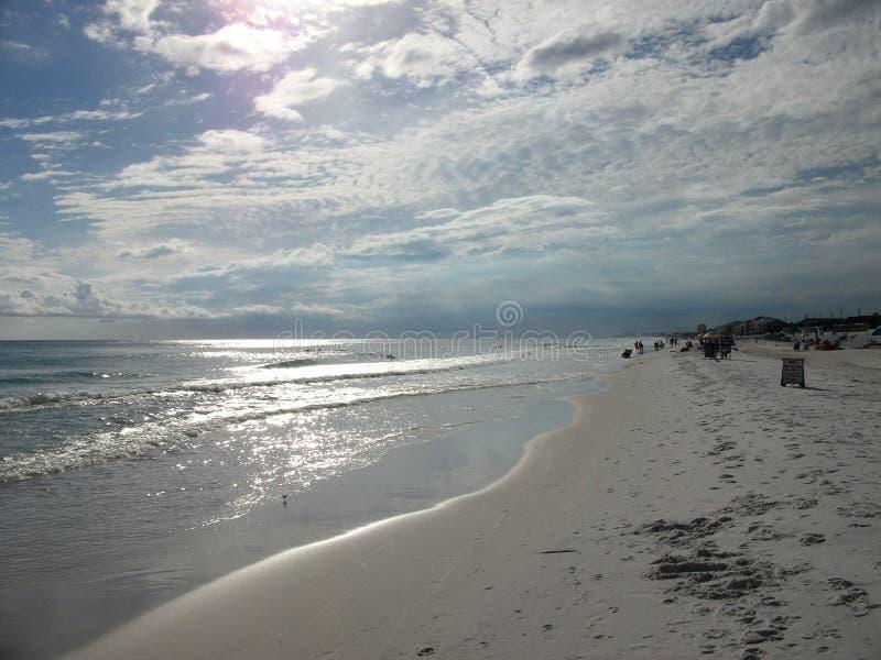 Spiagge quasi abbandonate verso la fine del pomeriggio fotografia stock libera da diritti