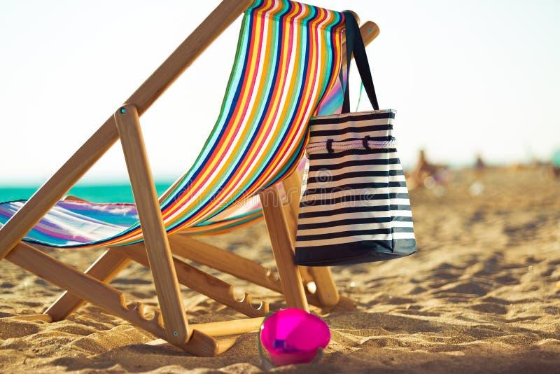 Download Spiaggia fotografia stock. Immagine di colpo, lounger - 117978548