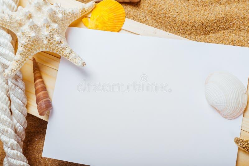 Download Spiaggia fotografia stock. Immagine di mare, bordo, corda - 117978922