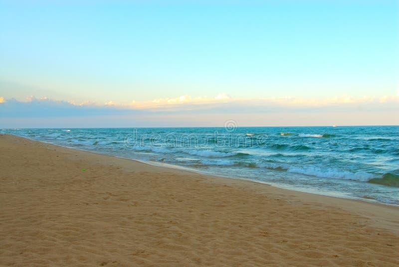 Spiaggia abbandonata ad alba immagine stock