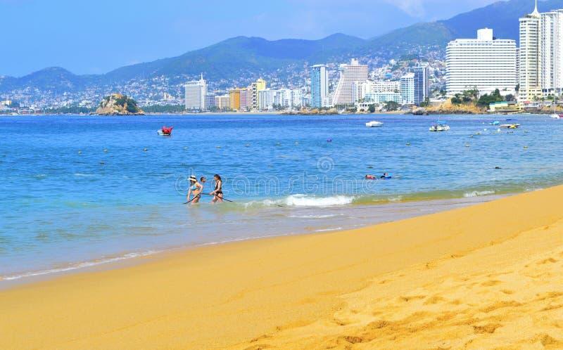 Spiaggia a Acapulco con i turisti fotografia stock