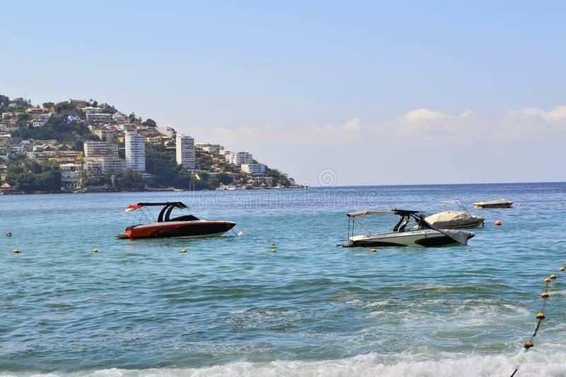 Spiaggia a Acapulco con le piccole barche fotografia stock libera da diritti