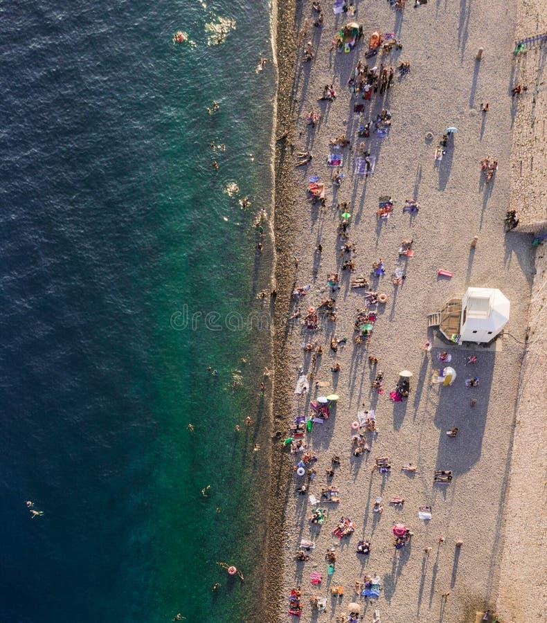 Spiaggia al mar Mediterraneo vicino a piacevole fotografia stock libera da diritti