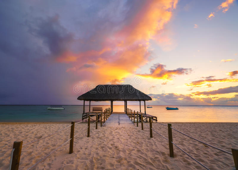 Spiaggia al tramonto, Mauritius dell'en Flac di Flic immagine stock