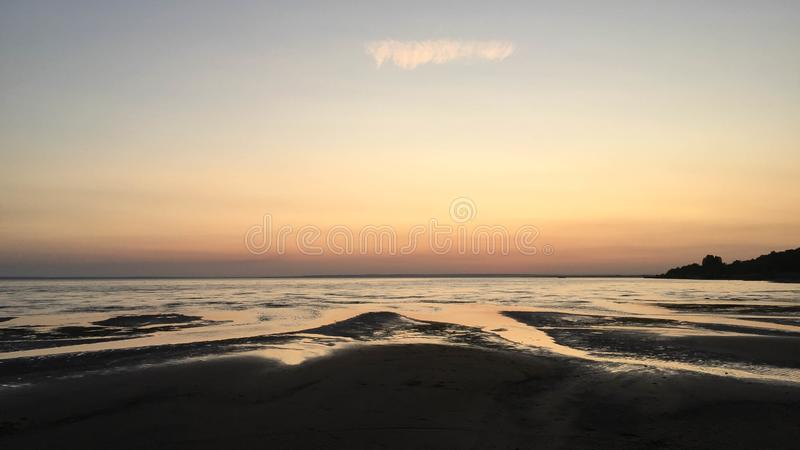 Spiaggia al tramonto vicino al fiume Volga fotografie stock