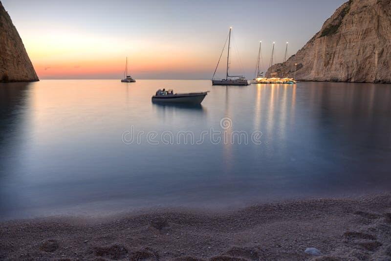 Spiaggia al tramonto, Zacinto di Navagio immagini stock libere da diritti