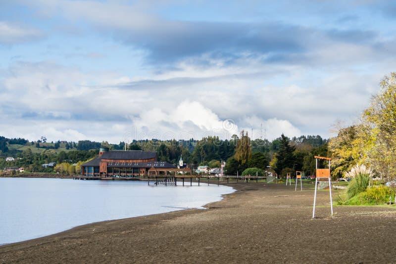 Spiaggia al villaggio di Frutillar nel Cile fotografia stock