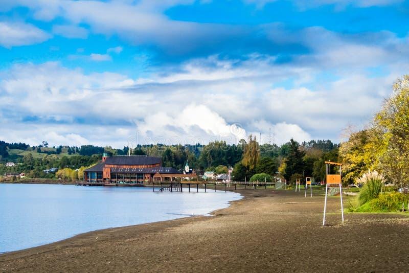 Spiaggia al villaggio di Frutillar nel Cile Llanquihue del lago con la La fotografia stock libera da diritti