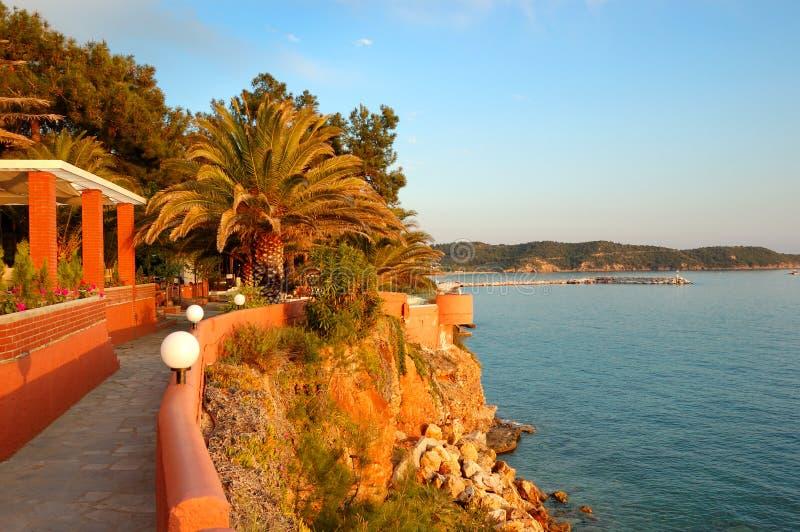 Spiaggia all'albergo di lusso durante il tramonto fotografie stock