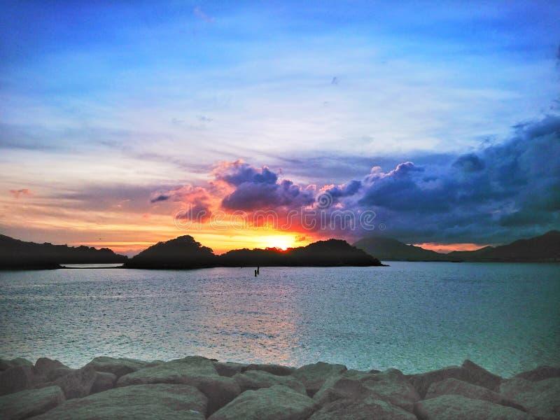 Spiaggia alla baia soleggiata immagine stock libera da diritti