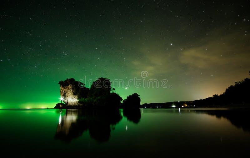Spiaggia alla notte, Krabi, Tailandia di Nopparat Thara immagine stock