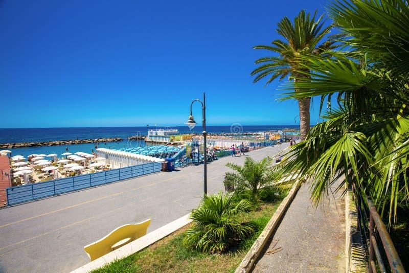 Spiaggia alla passeggiata di Sanremo, costa Mediterranea, italiano riviera fotografia stock