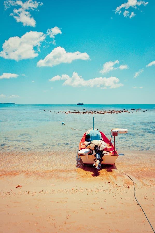 Spiaggia, barca e mare tropicali di azzurro in KOH Samui, Tailandia immagine stock libera da diritti