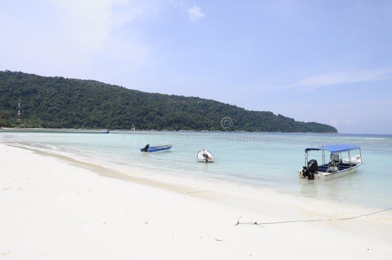 Spiaggia bianca della sabbia e mare blu nell'isola della Malesia fotografie stock libere da diritti