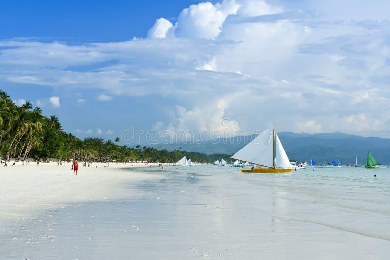 Spiaggia bianca Filippine di boracay delle barche a vela di Paraw fotografie stock libere da diritti