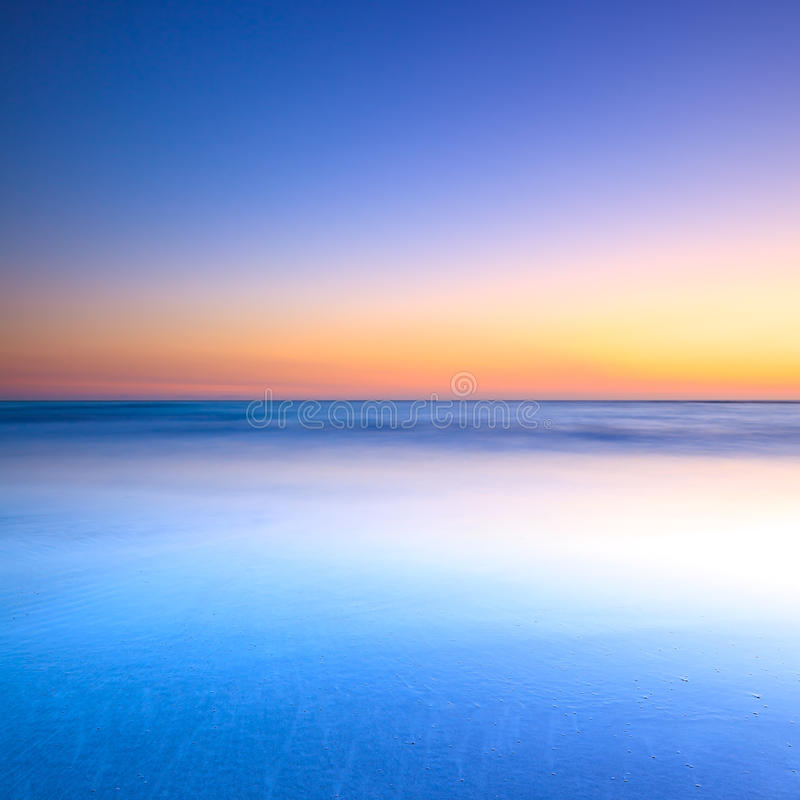 Spiaggia bianca ed oceano blu sul tramonto crepuscolare fotografia stock