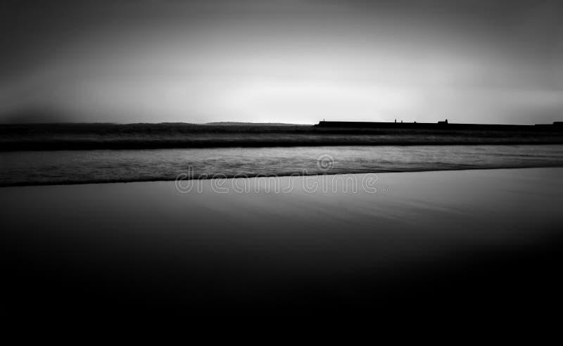 Spiaggia in bianco e nero fotografie stock