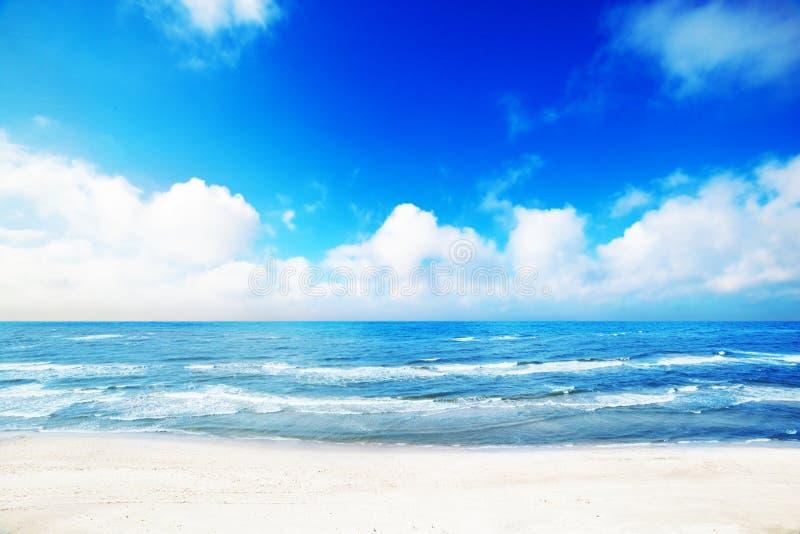 Spiaggia calda di estate, paesaggio del mare immagine stock libera da diritti