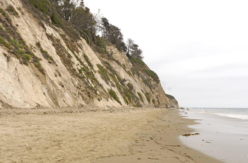 Spiaggia calma un giorno nuvoloso immagini stock