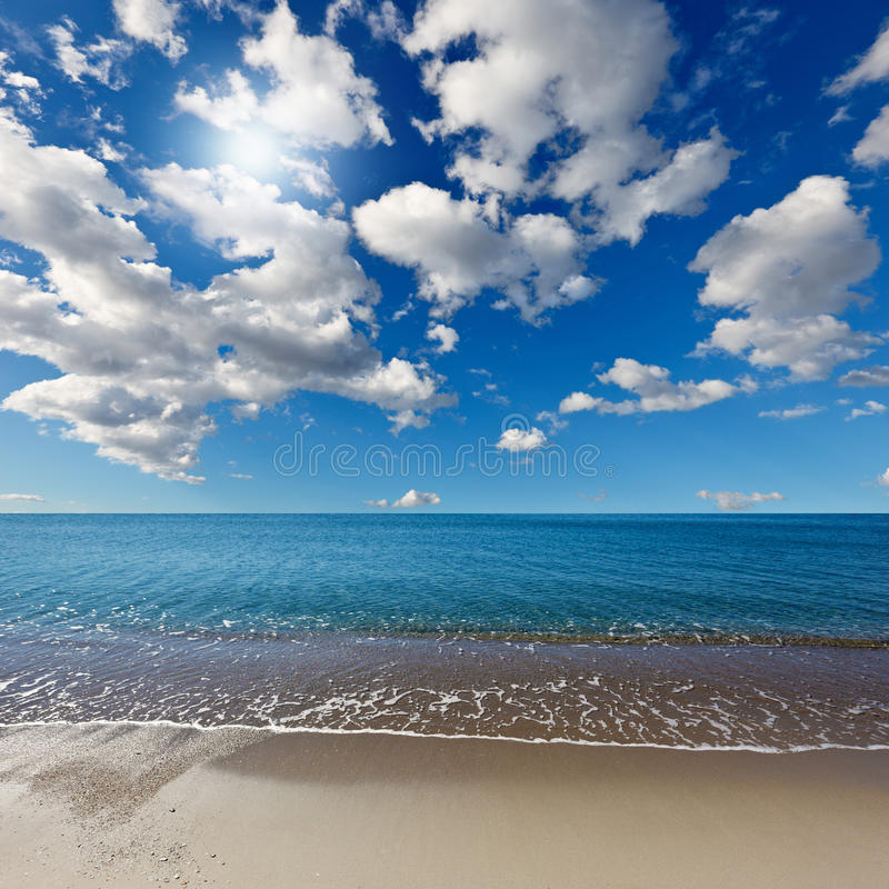 Spiaggia celestiale sotto il cielo blu fotografie stock