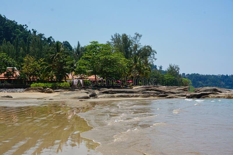 spiaggia con certi gente ed oceano blu fotografie stock libere da diritti