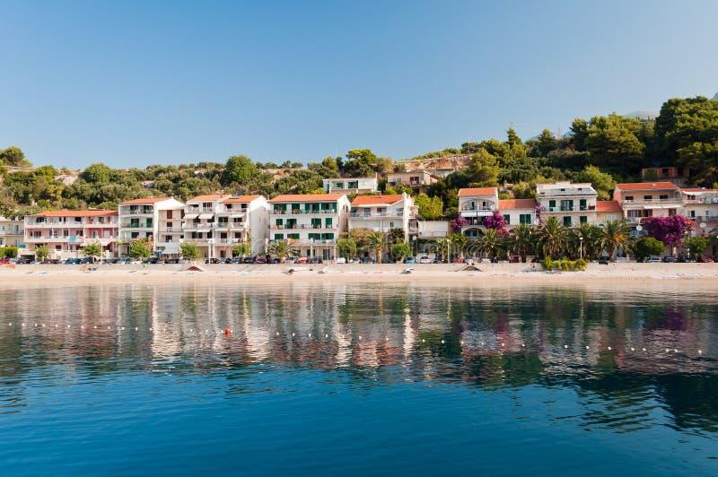 Spiaggia con gli appartamenti in Podgora-Caklje, Croazia immagini stock
