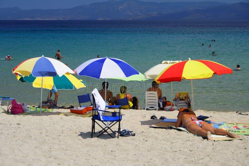 Spiaggia con gli ombrelli variopinti immagine stock libera da diritti