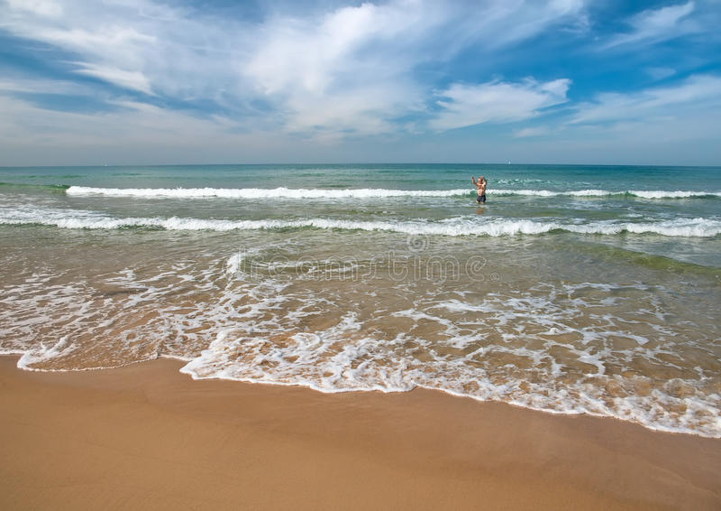 Spiaggia con i bagnanti nei precedenti. immagini stock