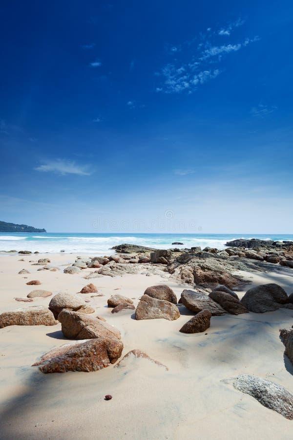 Spiaggia con i grandi massi fotografia stock libera da diritti