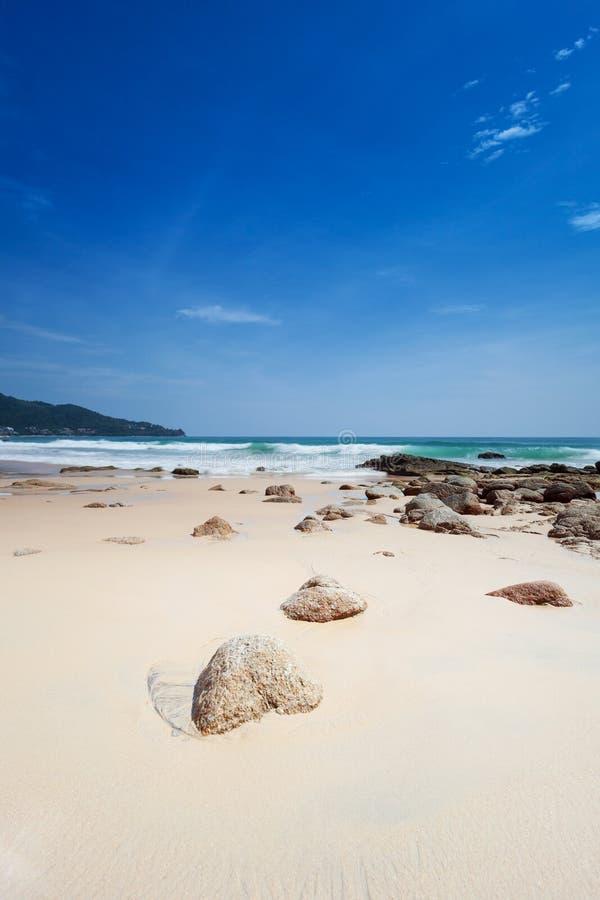 Spiaggia con i grandi massi fotografie stock