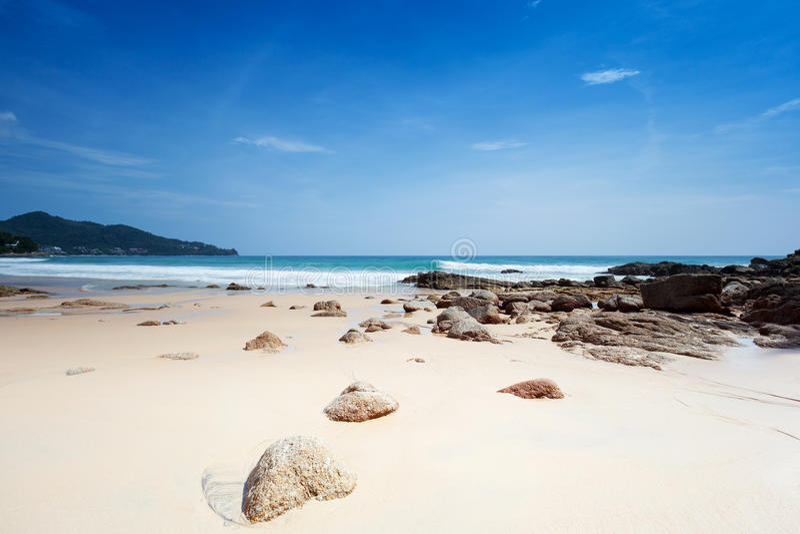 Spiaggia con i grandi massi fotografie stock libere da diritti